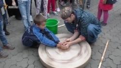 Lvivde köçip kelgenlerniñ festivali: qırımtatar folku ve keramika (video)
