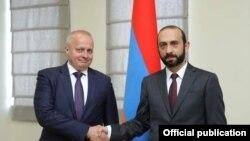 Министр иностранных дел Армении Арарат Мирзоян (справа) и посол России в Армении Сергей Копыркин, Ереван, 27 августа 2021 г.