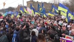 «Ми не можемо бути пасивними» – активісти знову пікетували посольство Росії у Києві (відео)