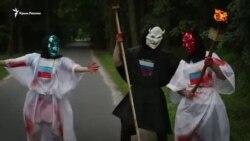 «Welcome to Hell»: в Киеве активисты встречали гостей у резиденции российского посла (видео)