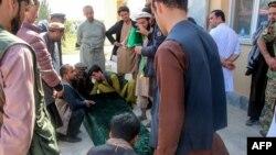 Ҷасади як сарбози афғонро дар вилояти Тахор аз беморхона берун мекунанд