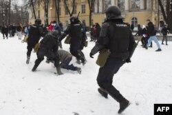 Столкновение полиции с демонстрантами во время митинга в поддержку заключенного в тюрьму лидера оппозиции Алексея Навального в Санкт-Петербурге 31 января 2021 года.