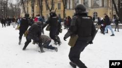 Түрмеге қамалған оппозиция лидері Алексей Навальныйды қолдап қарсылық акциясына шыққандарға күш көрсетіп жатқан полиция қызметкерлері. Санкт-Петербург, Ресей, 31 қаңтар 2021 жыл.