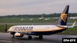 A Ryanair Boeing 737-800 gépe landol a vilniusi nemzetközi repülőtéren 2021. május 23-án