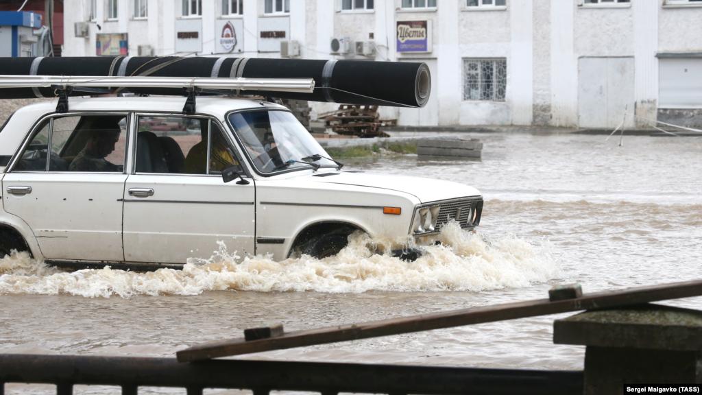 Сайт«Керчь ФМ»информирует, что утром в субботу в Керчи открыли проезд для автомобилей на улицах, которые были перекрыты накануне из-за подтопления