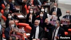 حرکت اعتراضی یکی از اعضای حزب دموکراتیک خلقها (هادِپِ) که طرفدار حقوق کردها است، در پارلمان ترکیه