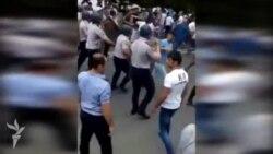 Aksiyaçıları dağıtmaq üçün səs bombası istifadə edilir (video-6)