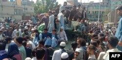 Жители на Джалалабад посрещат бойците на талибаните
