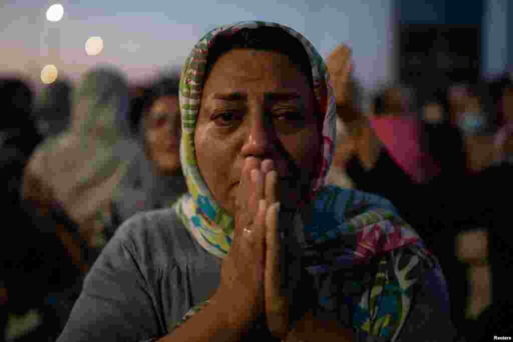 Një grua lutet, pasi është zhvendosur nga kampi i shkatërruar Moria në një kamp të përkohshëm në Lesbos të Greqisë.