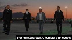 Minnihanowy Aşgabadyň aeroportynda prezidentiň ogly - Serdar Berdimuhamedow garşylaýar.
