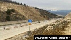 На участке строительства восьмого этапа трассы «Таврида», в районе полигона ТБО, произошел обвал грунта