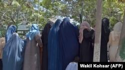 Как афганистанските жени изчезват под бурките