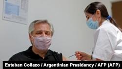 Президент Аргентины Альберто Фернандес прививается вакциной «Спутник V».