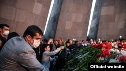 Президент Нагорного Карабаха Араик Арутюнян почтил память жертв Геноцида армян в Цицернакаберде, 24 апреля 2021 года.