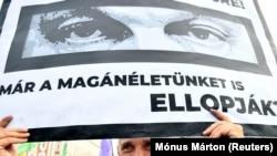 Tábla a budapesti, Pegasus-botrány miatti tüntetésen