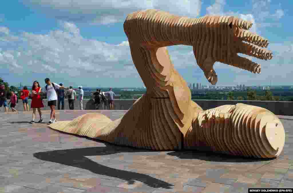 В Киеве возле Арки дружбы народов установили инсталляцию, которая будет участвовать в фестивале Burning Man в штате Невада, США