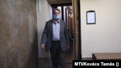 Kovács Béla korábbi jobbikos EP-képviselő távozik a Budapest Környéki Törvényszék épületéből 2020. szeptember 24-én. (MTI/Kovács Tamás)