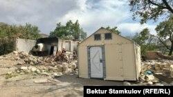 Палатка на месте дома, сгоревшего во время приграничного конфликта. Село Достук, Баткенская область.