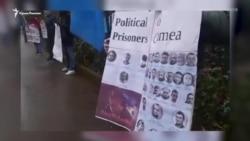Qırımtatar faalleri Rusiyeniñ Belçika elçihanesi ögünde narazılıq aktsiyasını keçirdi (video)