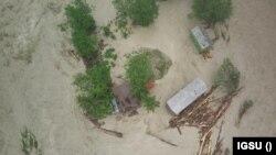 Inspectoratul pentru Situații de Urgență informează, marți, că în ultimele patru zile ploile au afectat peste 28 de județe. Apele au inundat gospodării întregi, au distrus porțiuni de drumuri și poduri, zeci de persoane și-au părăsit locuințele.