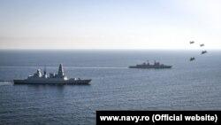 Румынский фрегат и британский эсминец в сопровождении авиационной эскадрильи проводят учения в Черном море. Октябрь 2020 года