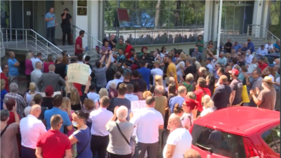 Građani su ispred Ministarstva prosvjete, nauke, kulture i sporta u Podgorici, 21. jula tražili ostavku ministarke Vesne Bratić, ali i cijele vlade