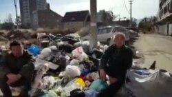 В Бишкеке двое мужчин благодарят мэра за мусор
