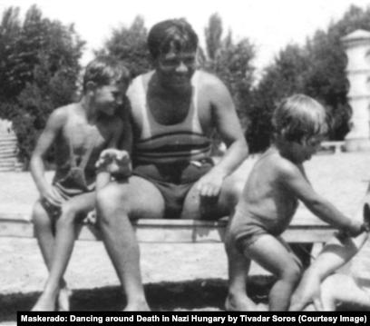 """Тивадар Сорос с сыновьями Джорджем и Полом, 1933 год (фото из книги Т. Сороса""""Маскарад: Игра в прятки со смертью в нацистской Венгрии"""")"""