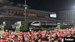 Фотографија од синоќешната воена парада во Пјонгјанг, споделена од севернокорејската Влада