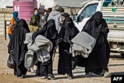 """Содырлардың әйелдері мен жесірлері Сирияның солтүстік-шығысында күрдтер бақылайтын аумақтағы """"әл-Хол"""" лагерінде. Желтоқсан 2021 жыл."""