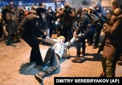 """Полиция Алексей Навальныйдың """"Внуково"""" әуежайына жиналған жақтастарын ұстап жатыр. 17 қаңтар 2021 жыл."""