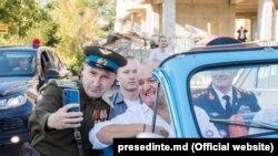 """Președintele Igor Dodon în mașina sovietică """"Pobeda"""", făcând poze în preajma complexului memorial """"Capul de pod Șerpeni"""""""