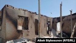 Сгоревший дом в селе Максат Лейлекского района после вооруженного конфликта на границе с Таджикистаном 2 мая 2021 года.