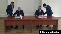 Подписание протокола между правительственными делегациями Кыргызстана и Таджикистана по границе. Бишкек. 17 июля 2021 года.