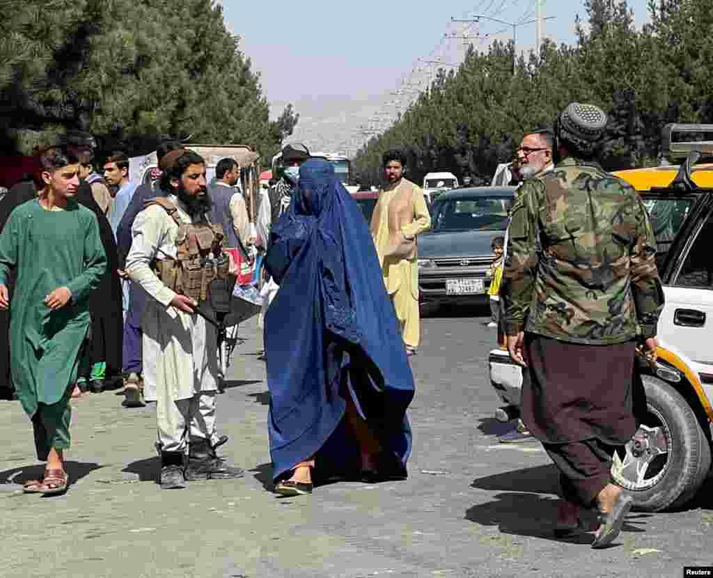 Женщина в бурке на улице в Кабуле, 27 августа 2021 года. Жительница Кабула, которая говорила с Азаттыком на условиях анонимности, сказала, что в афганской столице воцарилась неопределенность— люди не знают,каким будет правление талибов. «Представитель талибов говорит, что они изменились, и всё такое, — написала женщина в мессенджере. — Но обычные талибы на улицах такие грубые, они стоят с оружием в руках»