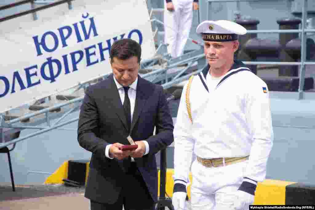 Президент України Володимир Зеленський отримав від військовослужбовця почесної варти ВМСУ нагороду, якуготується вручати одному з моряків