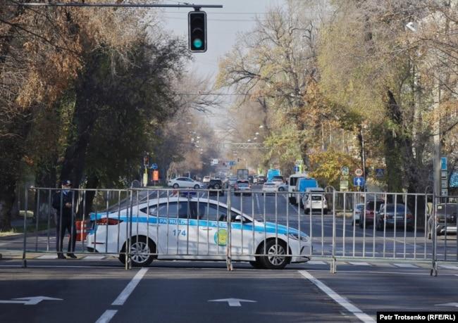 Митинг өтеді деген жердің маңында жүрген полиция көлігі. Алматы, 31 қазан 2020 жыл.