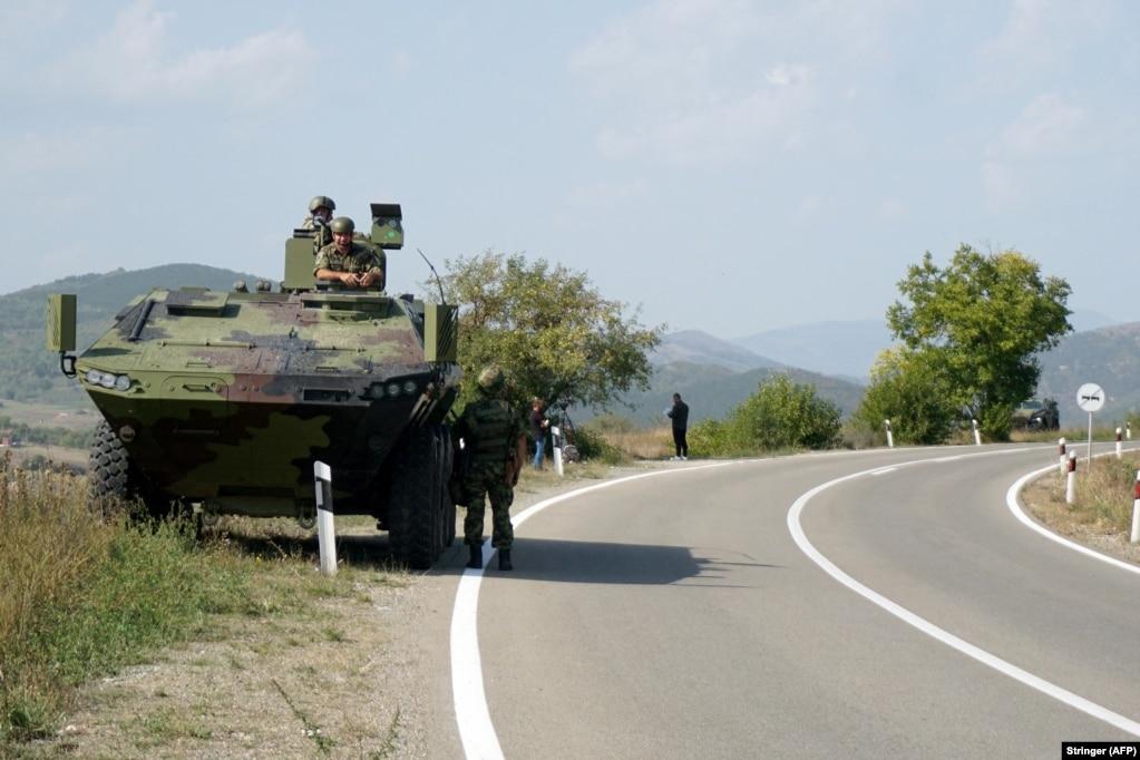 Një automjet ushtarak serb, i pozicionuar në skaj të një rruge, në fshatin Rudnicë, afër qytetit të Rashkës, në Serbi. (27 shtator)