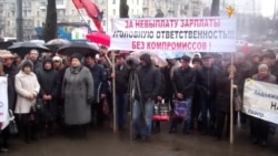 Сотні працівників «Південмашу» під зливою мітингують через невиплату зарплат
