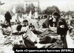 В отличие от некоторых последующих акций протеста на Майдане Незалежности в Киеве, «Революция на граните» была очень хорошо организованной. На этом фото студент-медик проверяет состояние держащих голодовку студентов.