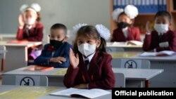 Первоклассники в День знаний в одной из школ Бишкека. Иллюстративное фото.