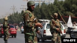 """Бұрынғы ауған армиясының киіміне ұқсас униформа киген """"Талибан"""" сақшылары көшелерді күзетіп тұр. Кабул, 3 қыркүйек 2021 жыл."""