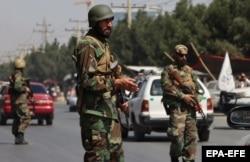 نیروهای طالبان در لباس ارتش افغانستان در یک استگاه بازرسی در کابل