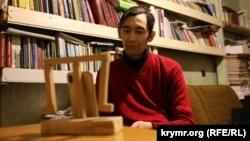 Тимур Куртумеров у редакції газети «Къырым», що у Сімферополі, бере участь в онлайн-читаннях переможців конкурсу «Кримський інжир». 26 грудня 2020 року