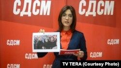 Портпаролката на СДСМ Битола, Невена Димовска, покажува фотографија на која е заокружена активистиката Драгана Спасевска