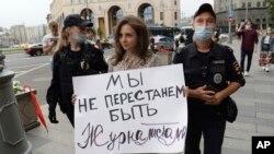 Задержание участницы пикета в защиту «СМИ-иноагентов» в Москве