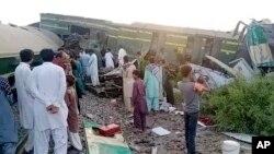 Pamje nga përplasja e trenave në Pakistan.