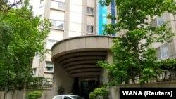 Влезот од зградата каде живеела вработената во швајцарската амбасада во Иран