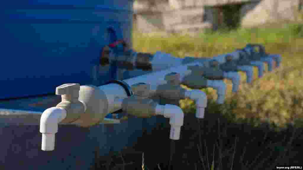 Тепер воду там подають 6 годин на добу: 3 години вранці і стільки ж у вечірній час. Втім, затверджений російською владою графік через різні причини не витримується. Що відбувається в Сімферополі на тлі відключень води, зафіксував на фото кореспондент Крим.Реалії