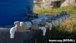 Без ажиотажа: третий этап водных ограничений в Симферополе (фотогалерея)